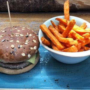 オーチャードで一人ランチ:スイートポテトフライとハンバーガー