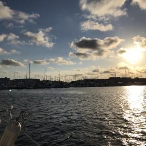 夕方の海を見詰めるヨット乗り