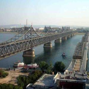 北朝鮮の北境「鴨緑江」は歴史的戦いの地!中国へ渡る橋はどうなっているの?