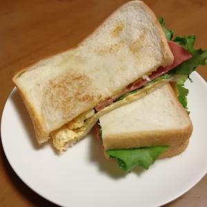 今日のお昼ごはんはビアソーセージと卵のホットサンド