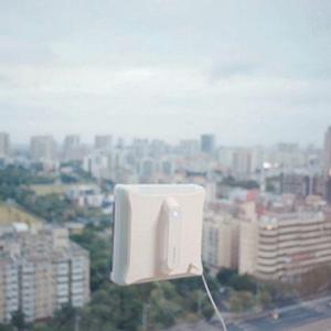 窓拭きロボットで手の届かないガラス掃除も自動で簡単