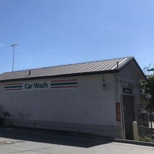 アメリカのガソリンスタンド横にある自動カーウォッシュ(洗車機)