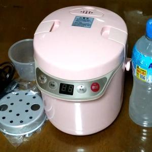 小型炊飯器アルファックス・コイズミ ARCT105Pを買いました。結構、美味しく炊けました。 車中泊にも良さそうです。