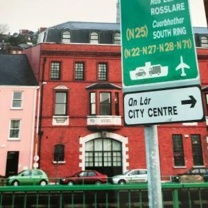 アイルランドの道路標識は二段構え