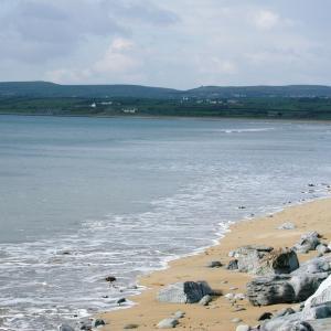ロケ地アイルランドのビーチリゾートは灰色の天気多め?~ドラマ「息詰まる愛」