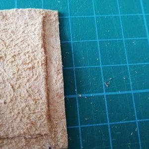 手持ちの道具で革を薄くする方法