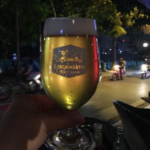 ベトナム産クラフトビールと絶品ハンバーガーでタイ湖の夕べ(Chops ハノイ)
