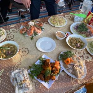 ベトナムの結婚式で宴会料理をいただく
