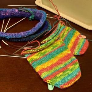 【編みむめも】二枚目のバフと靴下を編んでいます(編んでます6日目)