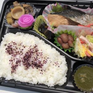 伊勢屋さんのお弁当 まぶしい屋外で撮影