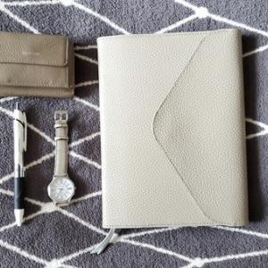 上質な質感と丁寧な手仕事にうっとり♪オーダーメイドの手帳カバー。モノが増えないモノ選び