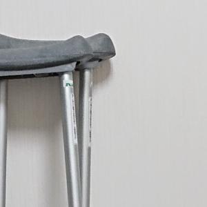 松葉杖と仲良くなるには痛みを伴う恐れあり
