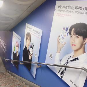 娘のしたい事をかなえるソウル旅10 TWICEの手形と一緒に写真