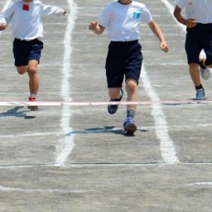 体操服の「肌着禁止」は保護者の要望で始まったとは限らないが、体育のある日は肌着も持たせろと言われてウンザリする親も少なくないと思う。