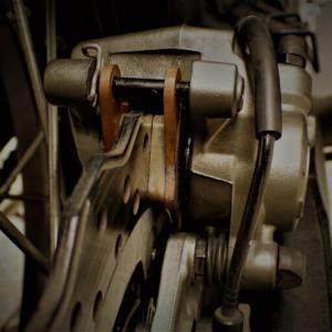 【テネレ700 周期メンテ】リアブレーキキャリパーのクリーニングとブレーキパッド交換