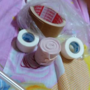 タイ カオサン  尿管、尿袋を足に巻く、そしてセキュリティー通過の準備