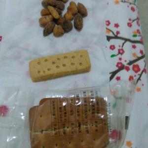 タイ パタヤ滞在  タイはまだ地デジがないようだ  朝飯、乾パン、ビスケット、ナッツ