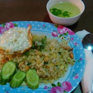 タイ パタヤ滞在  昼めしは、エビチャーハン+目玉焼き