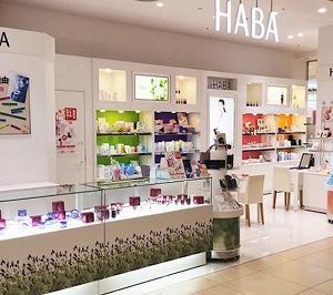 HABAのアイクリームで優しくマッサージ!鏡を見るのが楽しくなってきました!