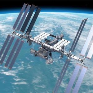 夏の夜の風物が宇宙ステーションになりよる。