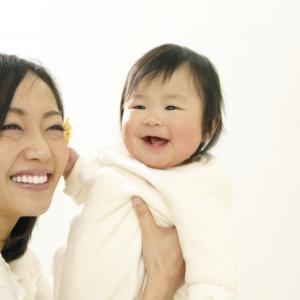 【新型コロナ】子どもの症状は?抱っこや授乳はOK?情報まとめ