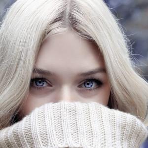 美容で行っているのは目の周りに美容液をたっぷりぬることです。