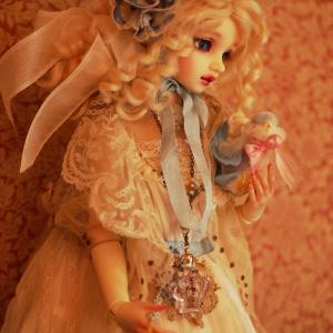 ヴェーラさんの新ドレス&世界一お洒落なキーウィ&アンティークシルバーのキャンドルスタンド