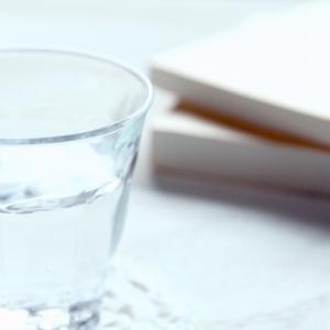 朝にコップ一杯の水を飲むメリット【健康習慣】