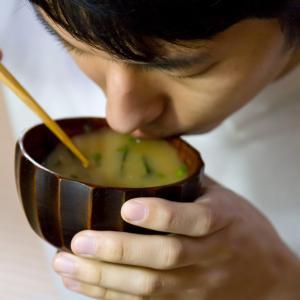 だしの素の代用の味噌汁には鰹節が一番!
