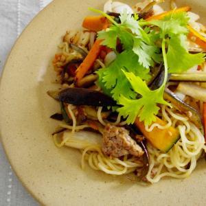 豚ひき肉と野菜のエスニック焼きそばで昼ごはん。