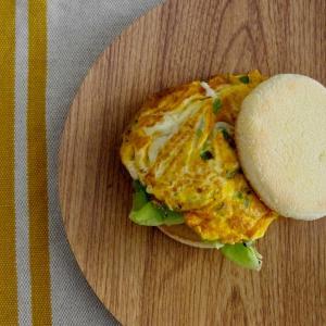 明太青ねぎ卵のマフィンサンドで朝ごはん。