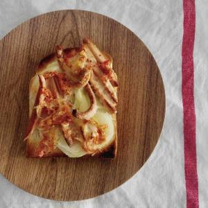 ウインナとキムチのチーズトーストで朝ごはん。
