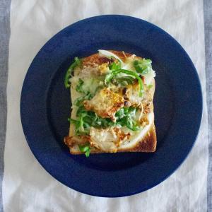 から揚げチーズトーストで朝ごはん。