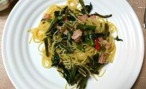 夏の旬野菜 空芯菜とベーコンのペペロンチーノ