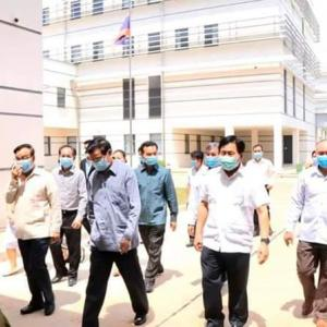 【ラオス】トンルン首相、ミッタパープ病院を視察