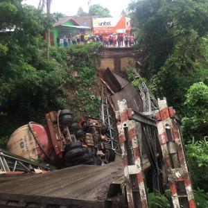 【Today's Laos】日本ではありえないレベルに橋が落下!