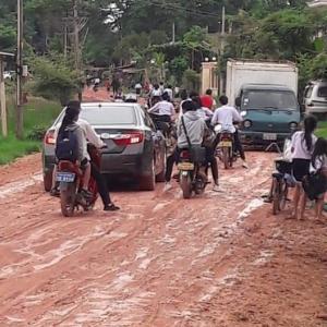 【これでも首都】雨で荒れるラオスの道路