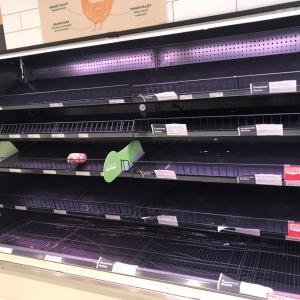 コロナの影響で空っぽのスーパー食品棚