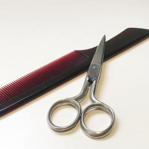 外出禁止で、髪を自分で切る