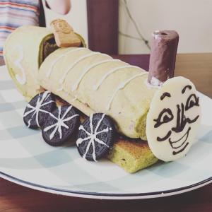 次男3歳のお誕生日は大好きなトーマス!ではなく、抹茶で作れる緑の機関車ヘンリーのケーキでお祝い。