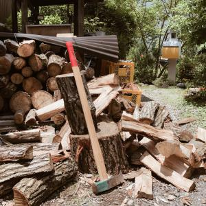 薪割りは斧(薪割り槌)とくさびで。折れた柄の交換もセルフで!