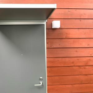 玄関に庇を付けました