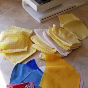 手製の布マスクを配る