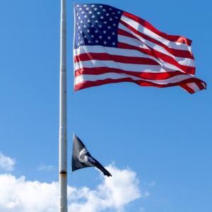 星条旗の上げ方でわかる銃規制に対する姿勢