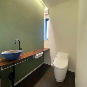タンクレスっぽいけどタンクレスじゃないトイレ。
