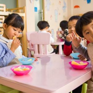 小さなお子さんを持つ共働き家庭に朗報:チャイルドケアが無料に