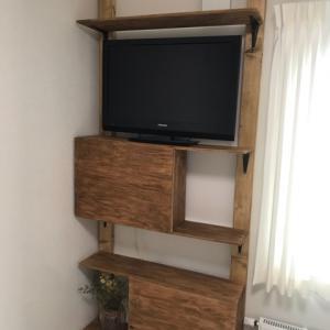 寝室のテレビ台を2×4材とラブリコのアジャスタ ーを使ってDIY!おしゃれで機能的な棚を予算6000円で自作しました!