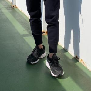 【クールな足元】メンズの黒スニーカーは白ソールのデザインを選ぶと使いやすい