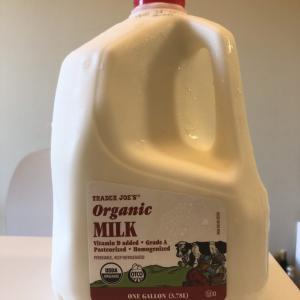 ソコヌケニアカルイ 1ガロンの牛乳