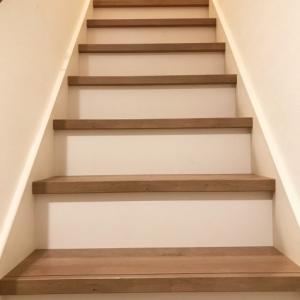 階段踏み板と同じ色の蹴込みがない‥同系色か白か黒か何色にする?巾木の色は?